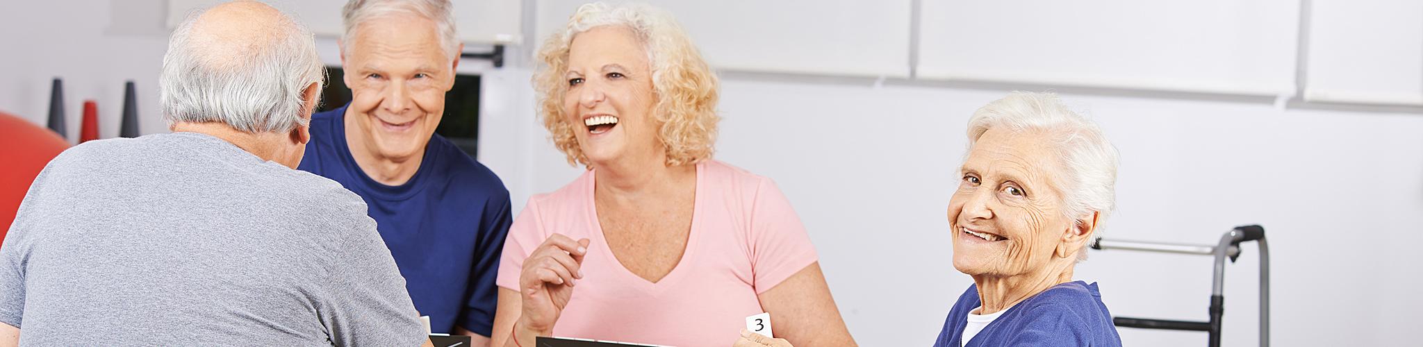 Ältere Menschen beim Kartenspiel